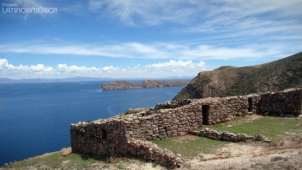 Ruínas Incas e o lago Titicaca, na Ilha do Sol, Bolívia